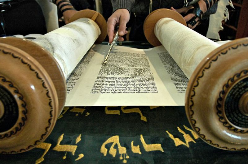 Torah Reading In A Synagogue 12 800 600 80 8 800 600 80